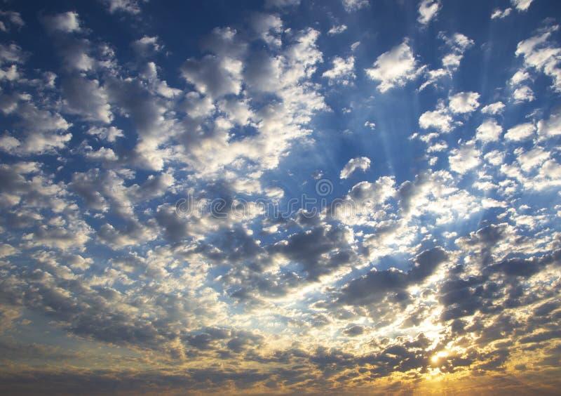 在通过的云彩后的落日 库存照片