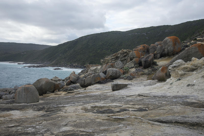 在通风孔视域的大岩石在阿尔巴尼附近的Torndirrup国家公园 免版税库存图片