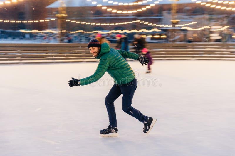 在速度的男性展示他的技能滑冰,获得在rin的乐趣 免版税库存图片