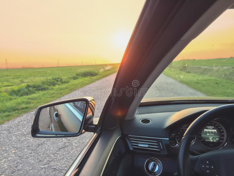 去在速度隧道视图里面的汽车 免版税库存图片