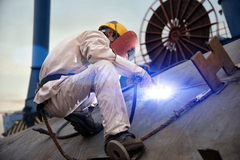 在造船厂的一位焊工 图库摄影