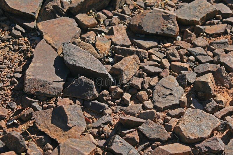 在道路的宽松岩石在供徒步旅行的小道 库存图片