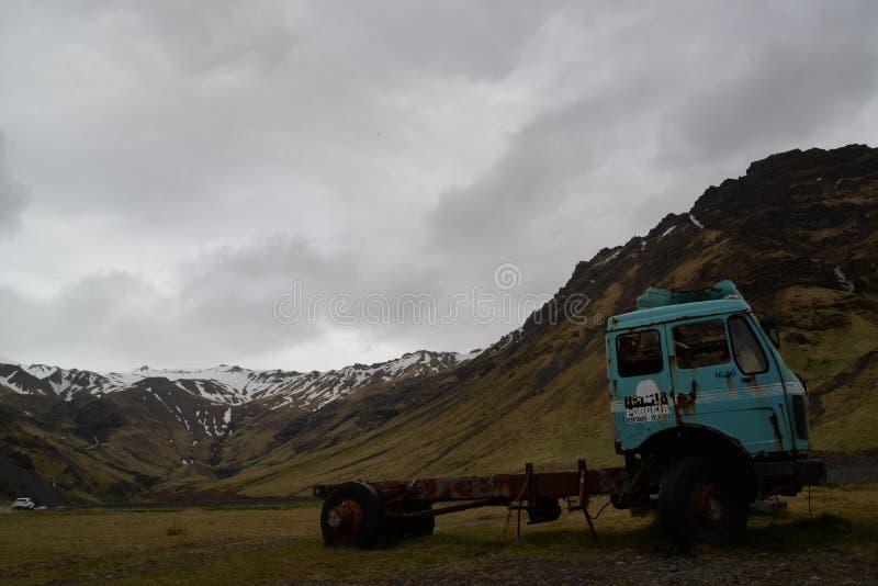 在道路的老卡车向Seljavallalaug 免版税库存图片
