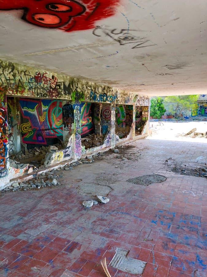 在遗弃大厦的街道画 库存图片