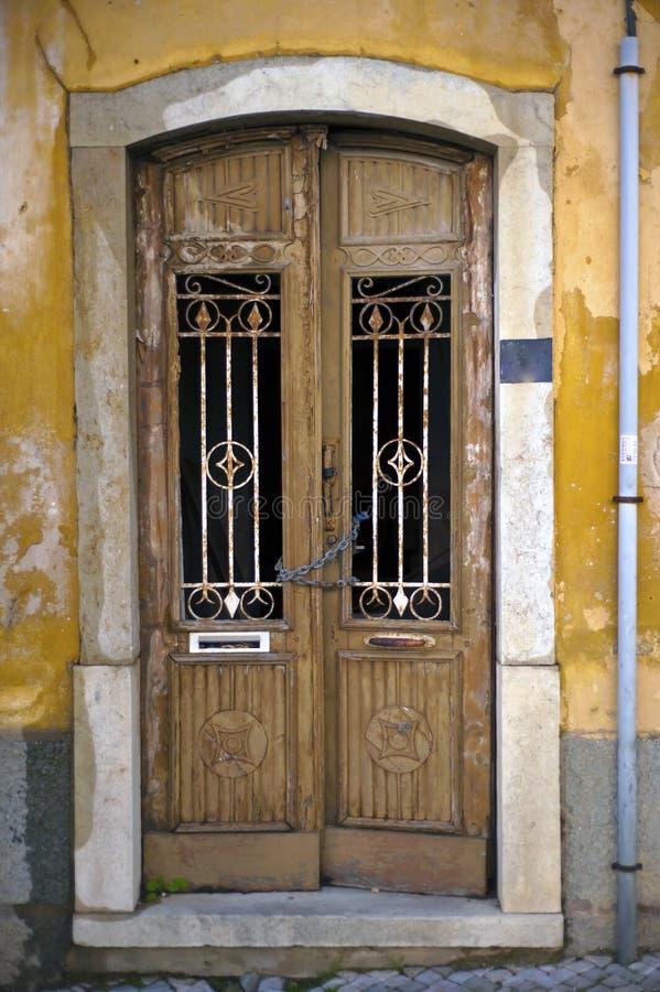 在遗弃房子的典型的葡萄牙门 免版税库存照片