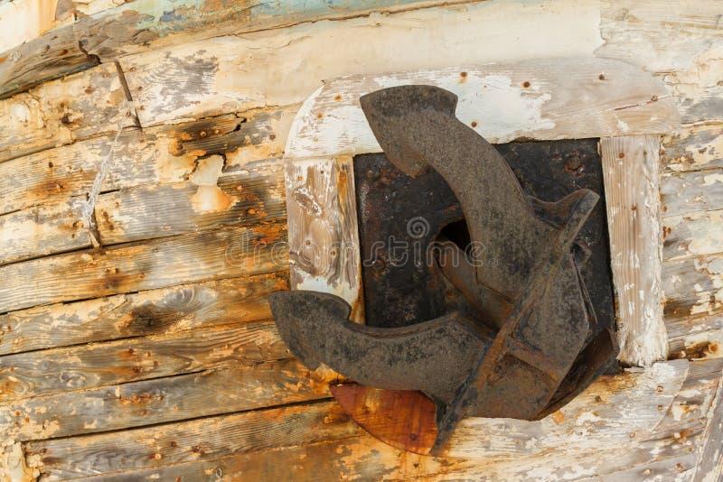 在遗弃木渔船击毁的船锚 库存图片