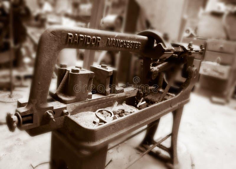 在遗弃纺织厂的老机械 免版税图库摄影