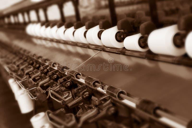 在遗弃纺织厂的老机械 免版税库存照片