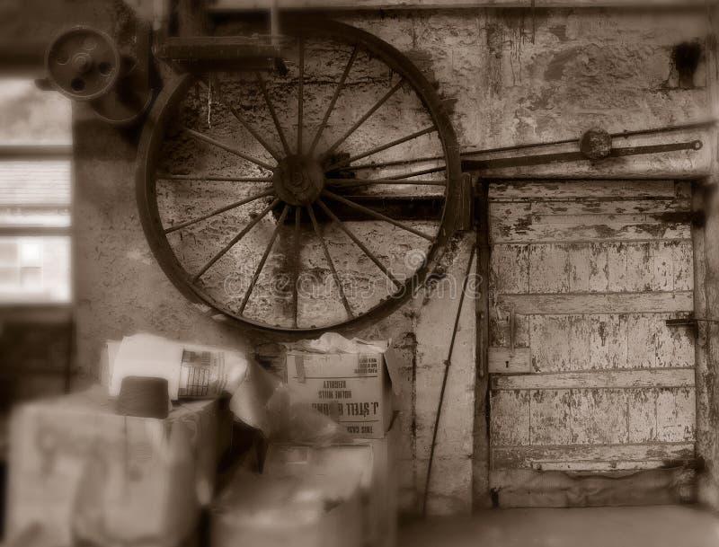 在遗弃纺织厂的老机械 免版税库存图片
