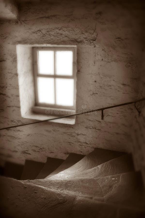 在遗弃纺织厂的老被佩带的石步 免版税库存照片