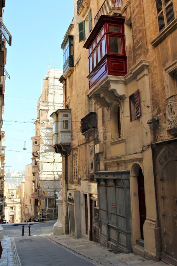 在遮荫街道上的马耳他威严的2015年瓦莱塔历史建筑 库存照片