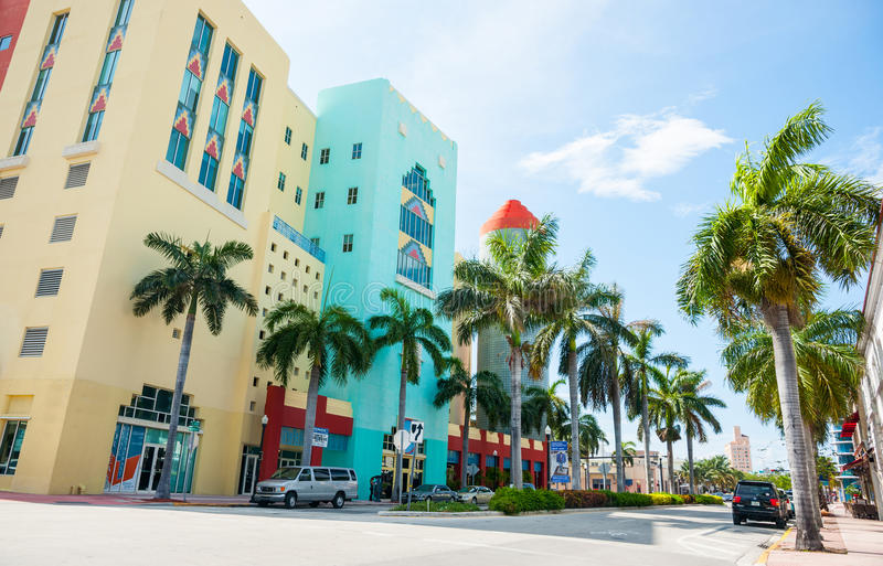 在遮荫边的典型的迈阿密减速火箭的大厦acroos街道 库存照片