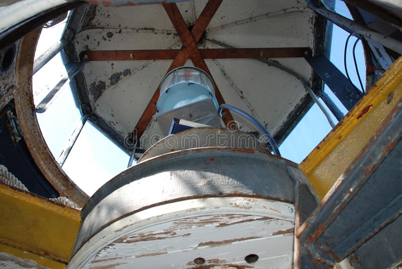 在避难所灯塔里面,刘易斯,特拉华港口的顶灯  免版税图库摄影