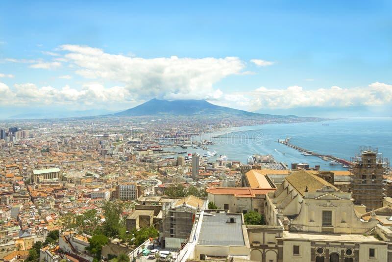 在那不勒斯市的顶视图在意大利由火山维苏威后面着陆了被采取从堡垒褶皱藻属的Sant艾蒙 免版税库存图片