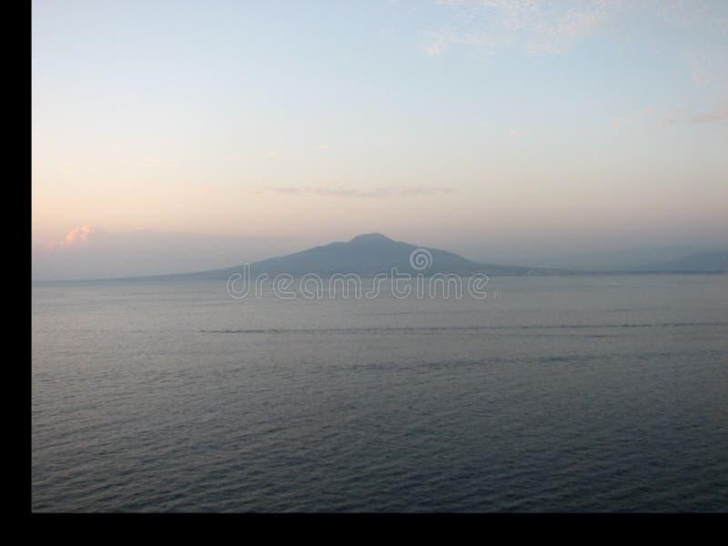 在那不勒斯海湾的维苏威火山  免版税库存图片