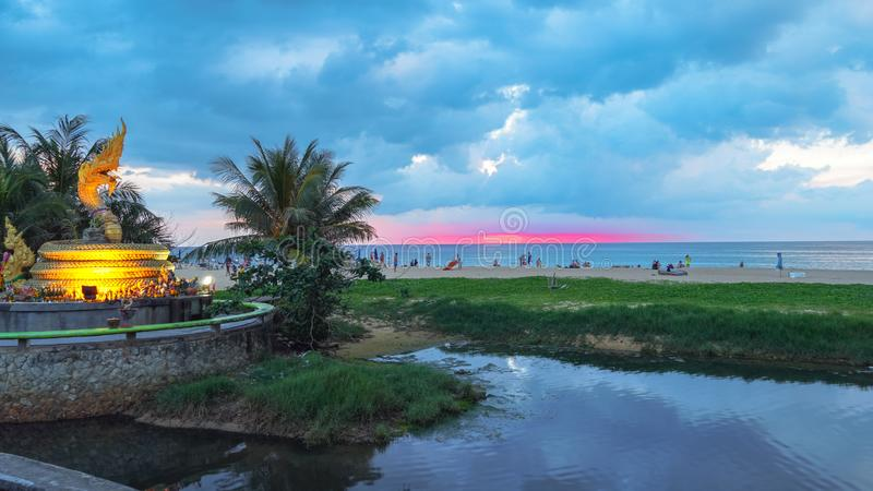 在那珂市蛇雕塑上的日落在Karon海滩 免版税库存照片