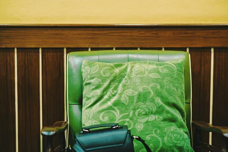 在那里木头是夫人的九安置的绿色枕头请求那里 免版税库存照片