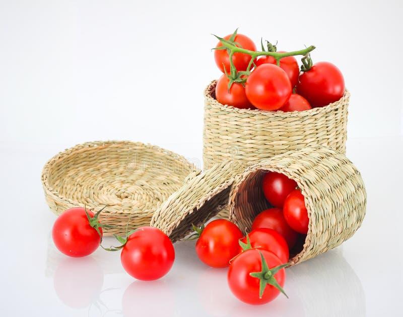 在邪恶的箱子和卷的西红柿 免版税库存照片