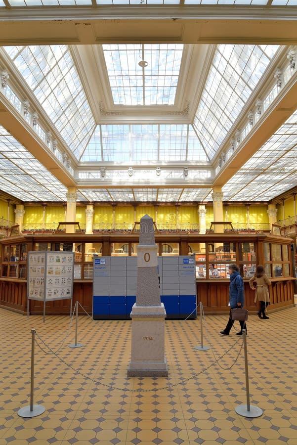 在邮局的大厅的一个里程碑在S的彼得斯堡 免版税库存图片