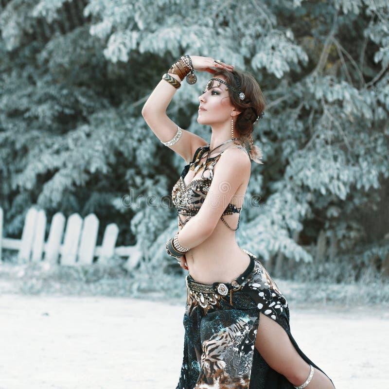 在部族样式的俏丽的妇女跳舞在背景 库存图片