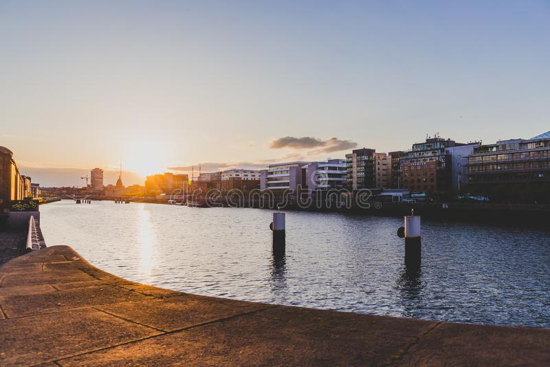 在都伯林` s地平线河Liffey和看法的日落  图库摄影