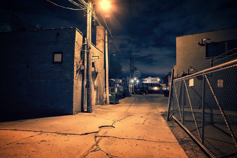 在都市仓库旁边的可怕夜城市芝加哥胡同 免版税库存图片