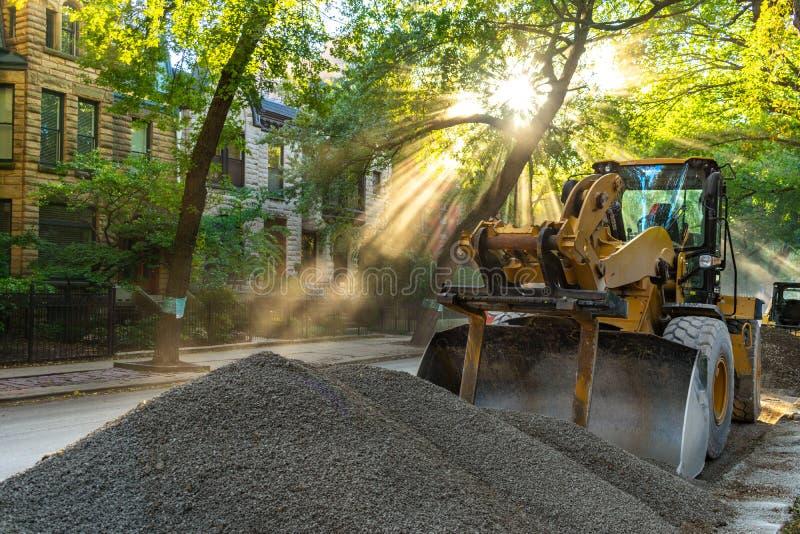 在都市住宅街道上的道路施工工作有阳光的在芝加哥 免版税库存图片