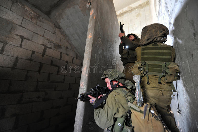 在都市冲突执行期间的以色列战士 库存照片