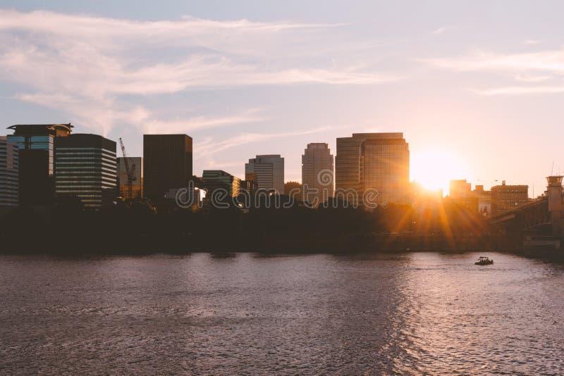 在都市城市的美好的日出有湖的 图库摄影