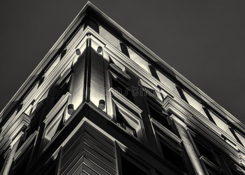 在都市夜期间,有启发性修造的门面 库存图片