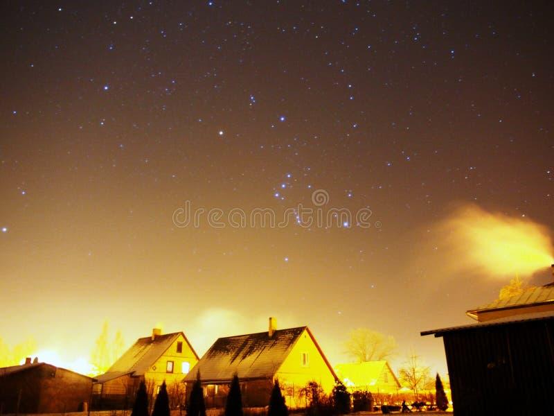 在都市天空的猎户星座星 库存照片