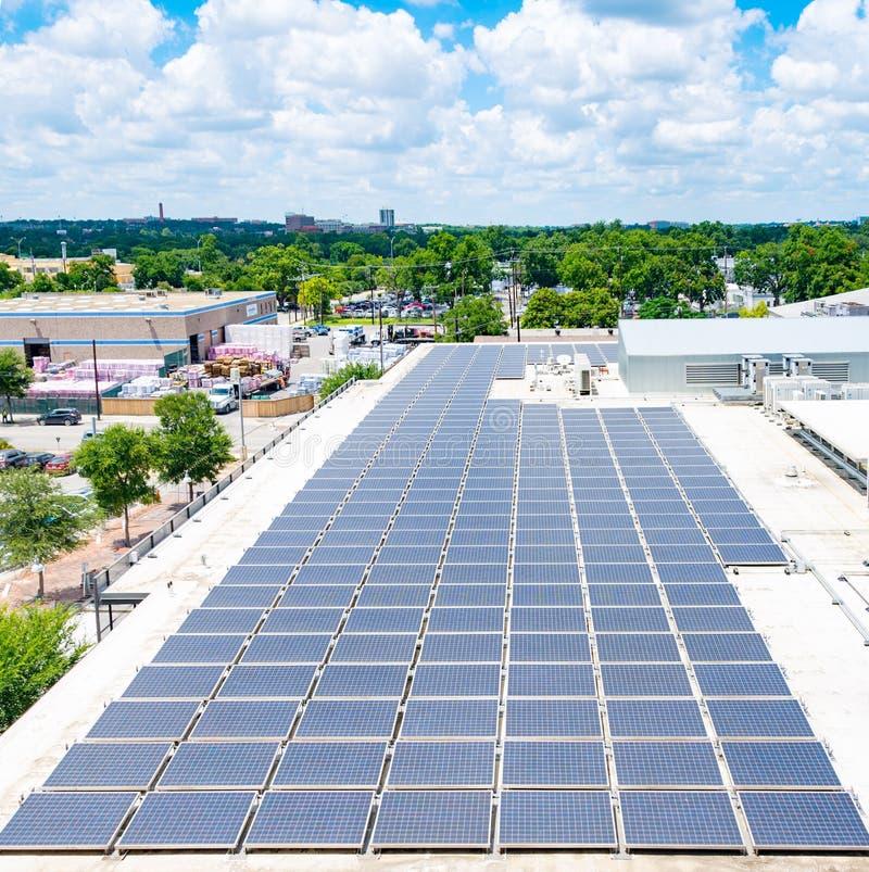 在都市屋顶的太阳电池板 免版税库存照片