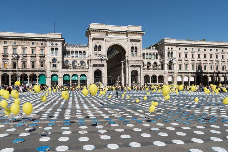 在都市映象点艺术事件期间的米兰中心广场 免版税库存照片
