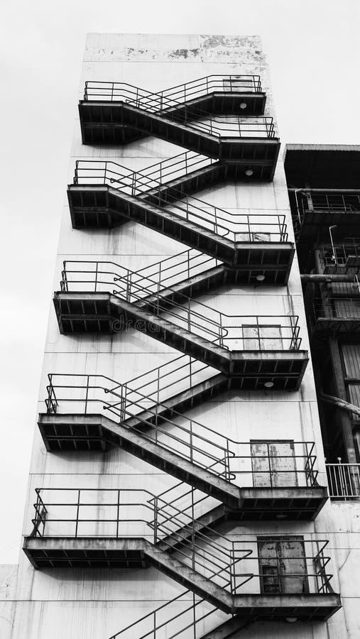 在都市的台阶之外的结构背景大厦紧急换码火 免版税库存照片