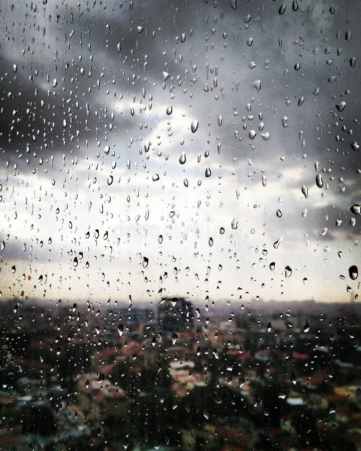 在都市窗口的雨 免版税库存图片
