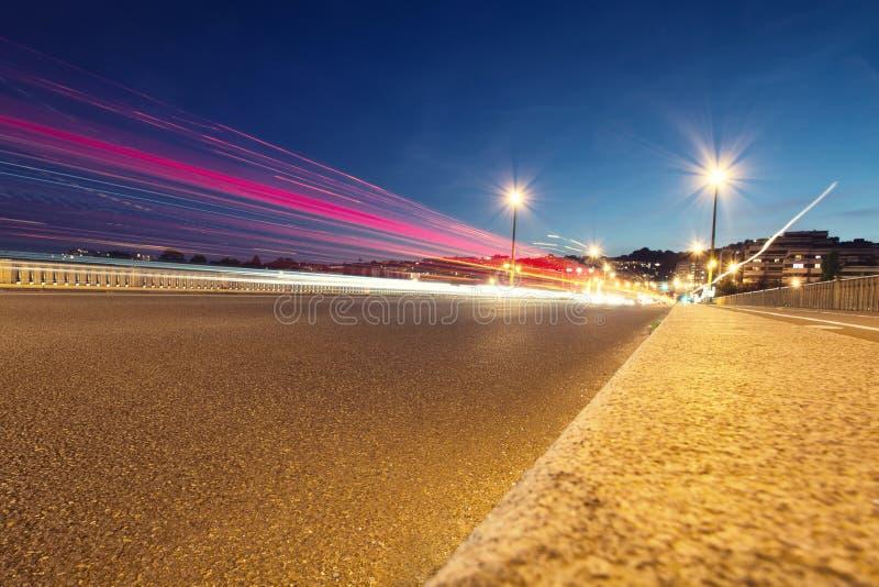在都市街道上的夜行动 免版税图库摄影