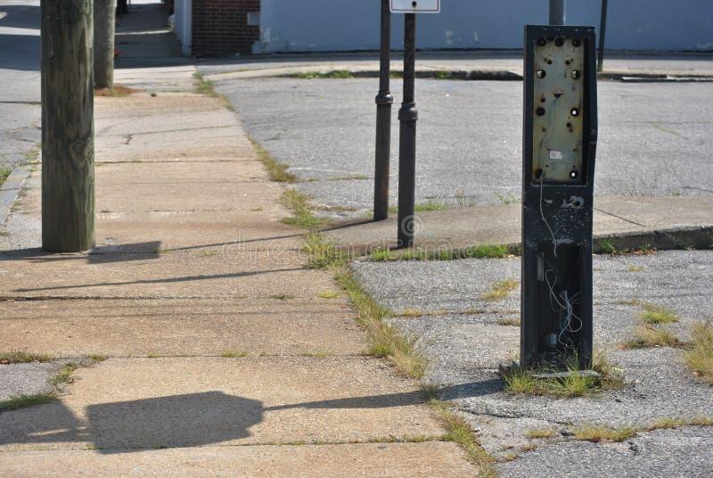 在都市街道上的被放弃的电话亭 免版税库存照片