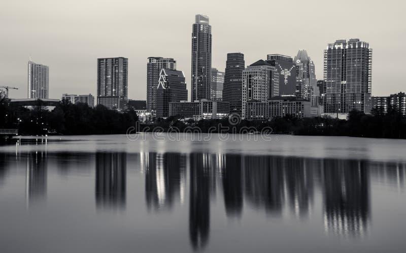 在都市风景的单色奥斯汀得克萨斯地平线长角牛商标 免版税库存照片