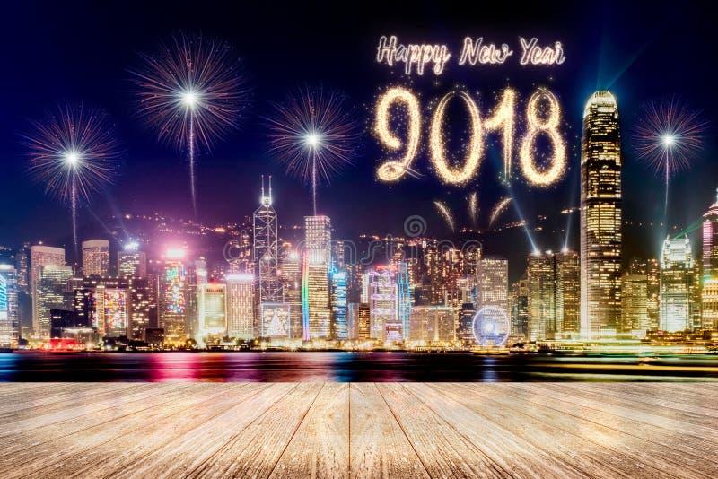 在都市风景的新年好2018烟花在晚上以空 免版税库存图片