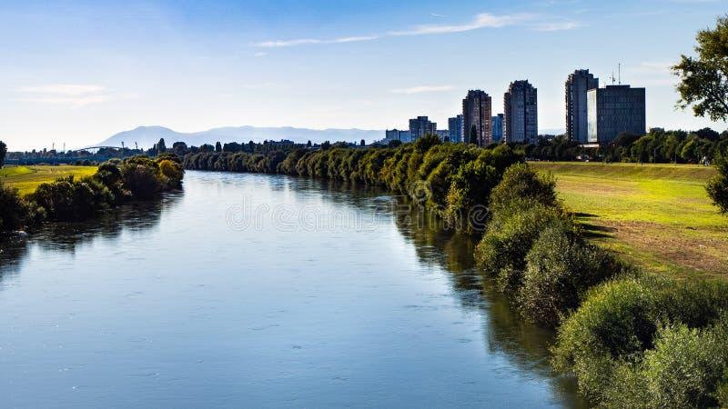 在都市风景的美丽的景色和都市河救球在萨格勒布,克罗地亚 免版税库存照片