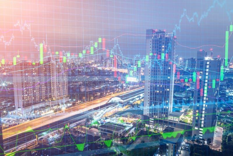 在都市风景的贸易的图表在夜和世界地图背景里 免版税库存图片