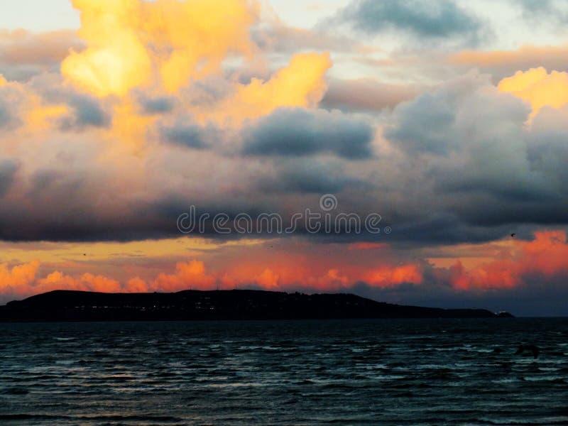 在都柏林湾的五颜六色的平衡的天空 图库摄影