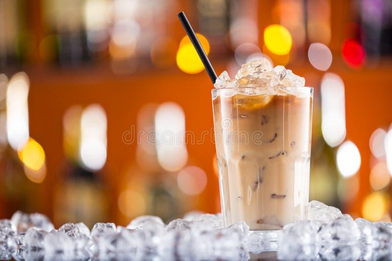在酒吧书桌上的冰冻咖啡 免版税库存照片