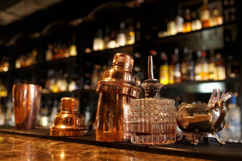 在酒吧柜台的侍酒者工具 免版税库存照片
