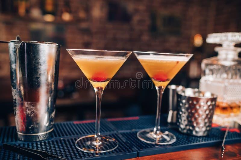 在酒吧柜台的新鲜的酒精鸡尾酒 关闭酒吧细节用饮料和饮料 图库摄影
