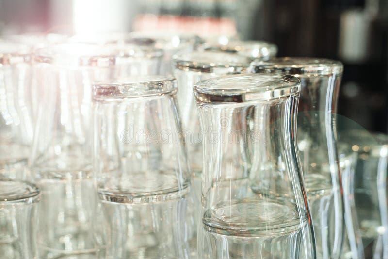 在酒吧柜台的空的干净的酒吧啤酒杯 图库摄影