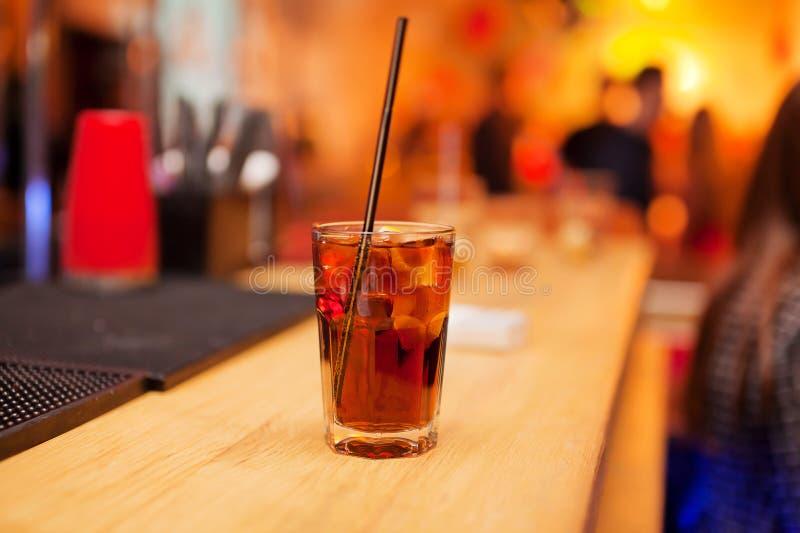 在酒吧柜台的玻璃冷的饮料 免版税库存照片