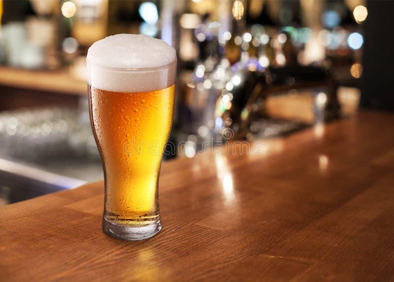 在酒吧的啤酒杯。 免版税库存图片