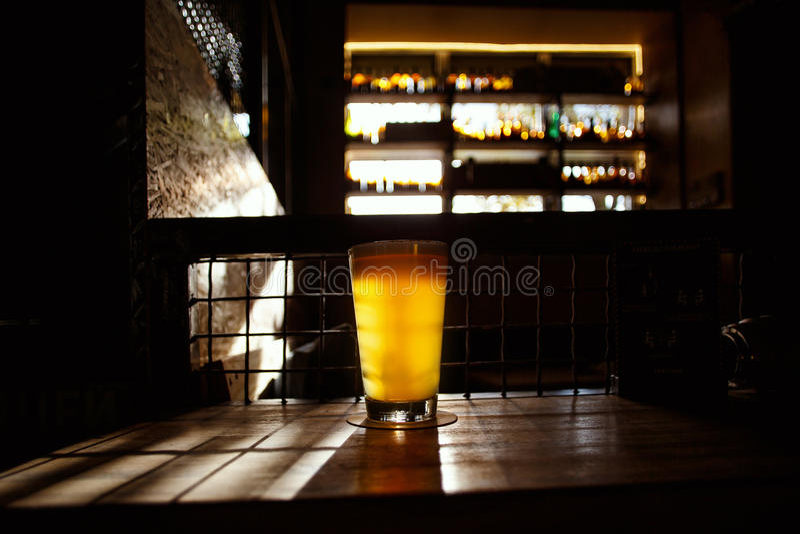在酒吧的工艺啤酒 免版税图库摄影