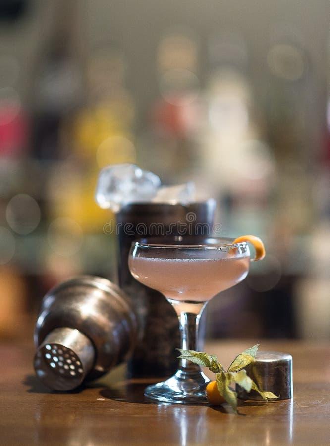 在酒吧的未知的桃红色鸡尾酒 库存图片